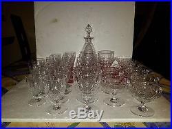 Partie de service de 34 verres plus carafe en cristal de Saint Louis