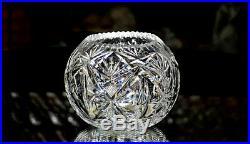 SAINT-LOUIS. Vase boule en cristal clair, à décor taillé de palmettes, oves
