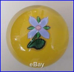 Saint-Louis. Boule presse-papier ou sulfure en cristal décor d'une fleur SL 1991