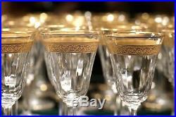 Saint Louis, série de 20 verres à vin cristal et or à décor gravé de rinceaux